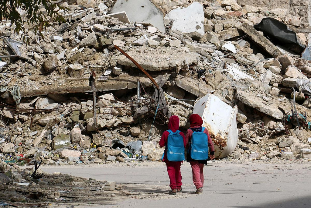 aleppo-girls-with-unicef-backpacks